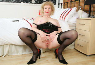 English gilf Clit exposes her..