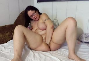 Mature enjoys to jerk and make herself..