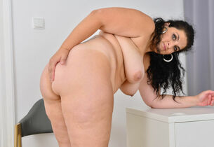 BBW milf Bobbees strips elsewhere..