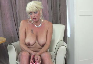 Buxom mature with drenching raw coochie